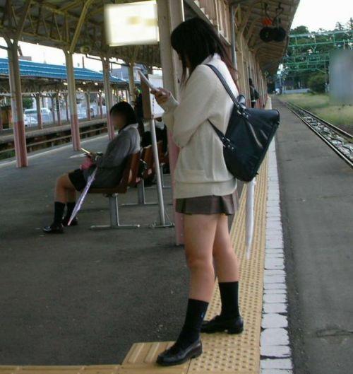 電車の中でJKの美脚太ももやパンチラをじっくり盗撮エロ画像 37枚 No.14