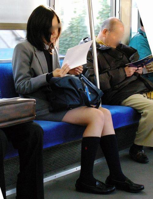 電車の中でJKの美脚太ももやパンチラをじっくり盗撮エロ画像 37枚 No.15