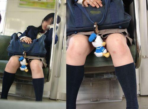 電車の中でJKの美脚太ももやパンチラをじっくり盗撮エロ画像 37枚 No.17