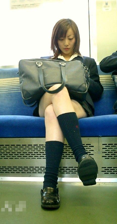 電車の中でJKの美脚太ももやパンチラをじっくり盗撮エロ画像 37枚 No.19