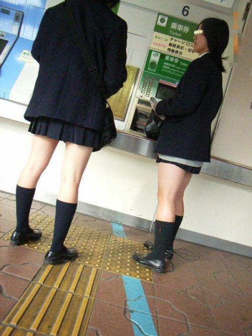 電車の中でJKの美脚太ももやパンチラをじっくり盗撮エロ画像 37枚 No.22