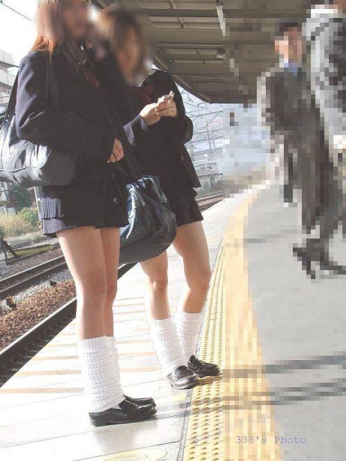 電車の中でJKの美脚太ももやパンチラをじっくり盗撮エロ画像 37枚 No.24