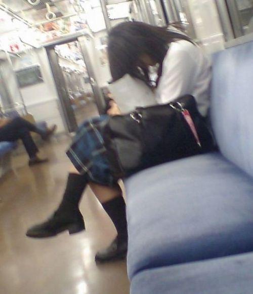 電車の中でJKの美脚太ももやパンチラをじっくり盗撮エロ画像 37枚 No.29
