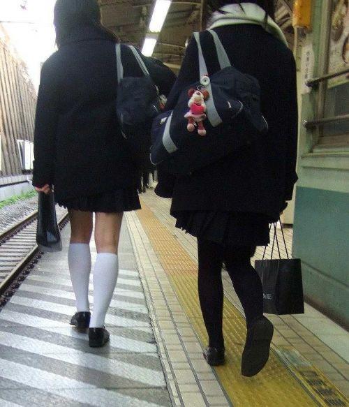 電車の中でJKの美脚太ももやパンチラをじっくり盗撮エロ画像 37枚 No.30