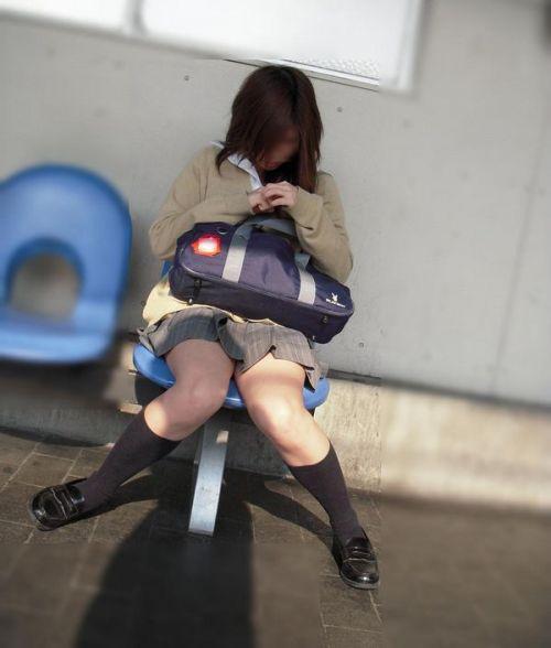 電車の中でJKの美脚太ももやパンチラをじっくり盗撮エロ画像 37枚 No.32