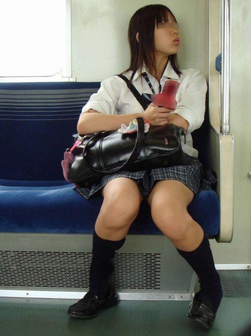 電車の中でJKの美脚太ももやパンチラをじっくり盗撮エロ画像 37枚 No.34