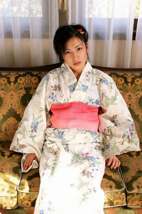浴衣姿で妖艶にパンツや太ももを見せつけてくるエロ画像 35枚 No.10