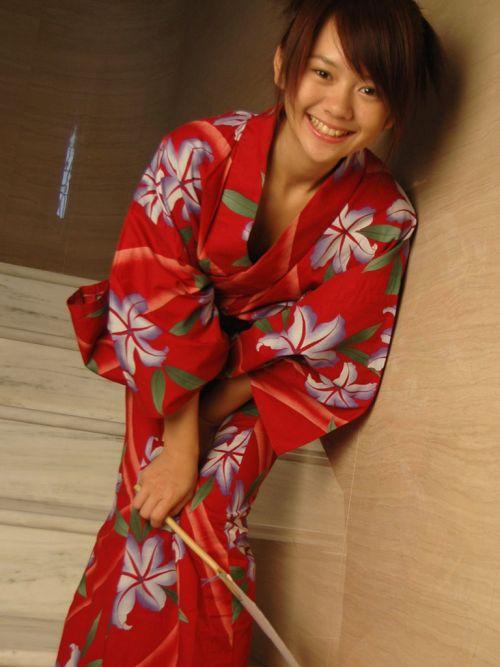 浴衣姿で妖艶にパンツや太ももを見せつけてくるエロ画像 35枚 No.25