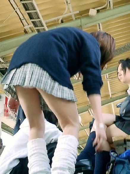 【エロ画像】ミニスカJKって斜め下からパンチラ盗撮簡単過ぎwww 40枚 part.13 No.15