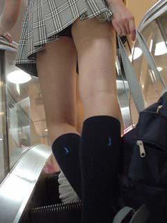 【エロ画像】ミニスカJKって斜め下からパンチラ盗撮簡単過ぎwww 40枚 part.13 No.21