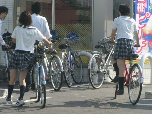 【盗撮画像】ミニスカJKが自転車乗って太ももやパンチラ見せてくる件! 38枚 part.2 No.4