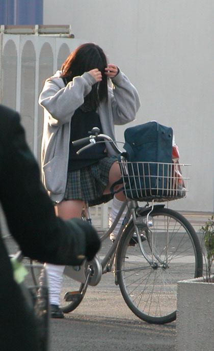 【盗撮画像】ミニスカJKが自転車乗って太ももやパンチラ見せてくる件! 38枚 part.2 No.5
