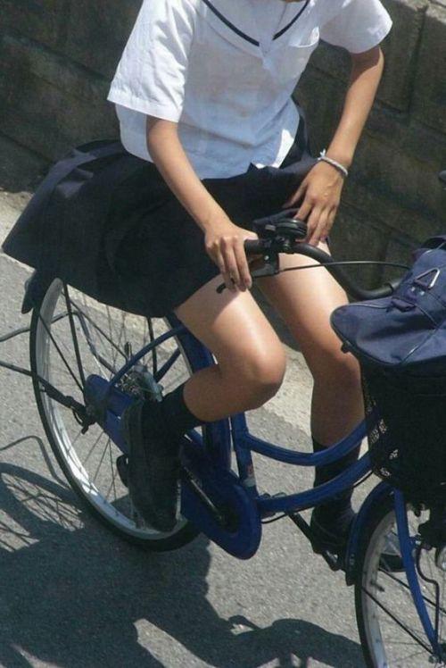 【盗撮画像】ミニスカJKが自転車乗って太ももやパンチラ見せてくる件! 38枚 part.2 No.9