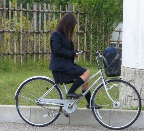 【盗撮画像】ミニスカJKが自転車乗って太ももやパンチラ見せてくる件! 38枚 part.2 No.13