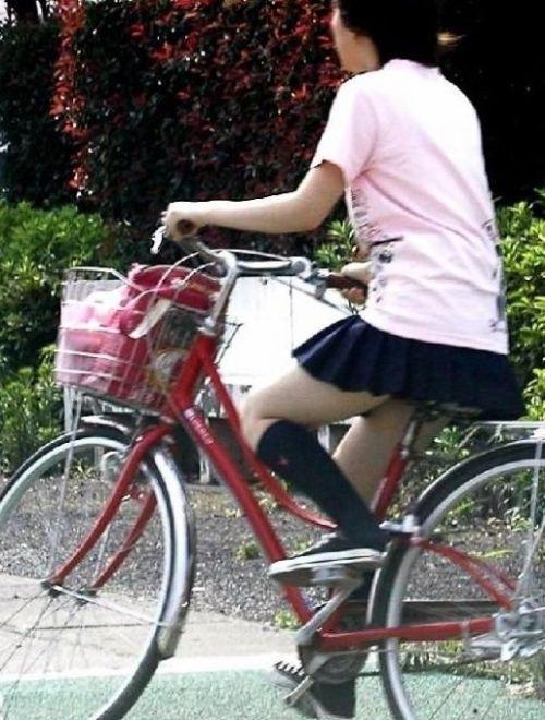 【盗撮画像】ミニスカJKが自転車乗って太ももやパンチラ見せてくる件! 38枚 part.2 No.15