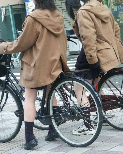 【盗撮画像】ミニスカJKが自転車乗って太ももやパンチラ見せてくる件! 38枚 part.2 No.20