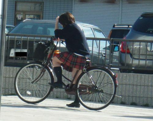 【盗撮画像】ミニスカJKが自転車乗って太ももやパンチラ見せてくる件! 38枚 part.2 No.29