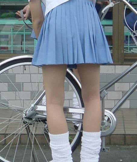 【盗撮画像】ミニスカJKが自転車乗って太ももやパンチラ見せてくる件! 38枚 part.2 No.35