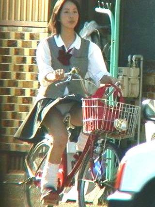 【盗撮画像】ミニスカJKが自転車乗って太ももやパンチラ見せてくる件! 38枚 part.2 No.36