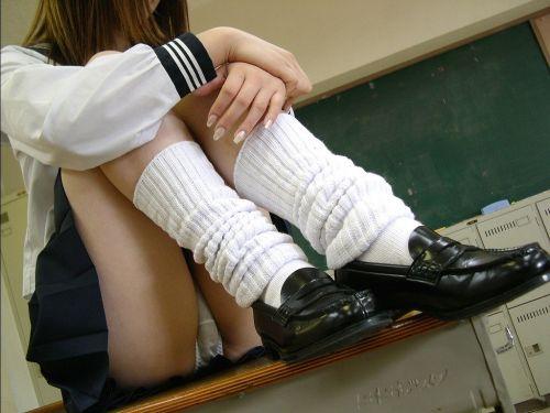 体育座りして清楚に見える女子高生がガッツリパンチラしてる件 38枚 No.17