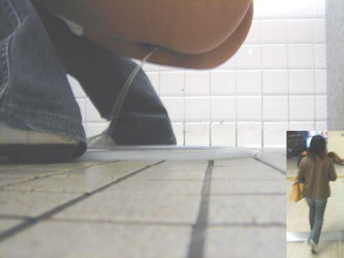 和式トイレで聖水を垂れ流す素人女性がエロ過ぎシコったwww No.35
