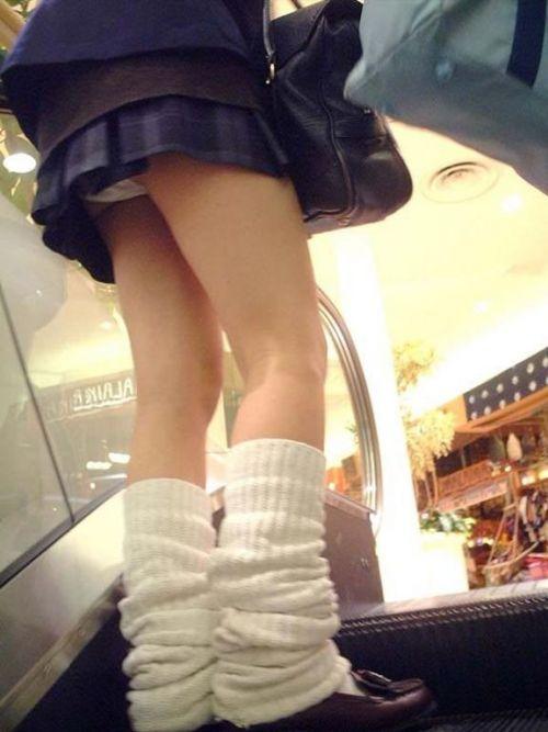 【画像】JKパンチラもが簡単に見えるエスカレーターという神スポットwww 32枚 No.8