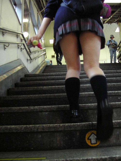 【エロ画像】ミニスカJKって斜め下からパンチラ盗撮簡単過ぎwww 40枚 part.14 No.37