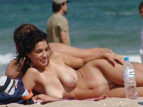ヌーディストビーチで外国人の巨乳ちゃんがゆったり戯れているエロ画像 No.1