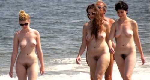 ヌーディストビーチで外国人の巨乳ちゃんがゆったり戯れているエロ画像 No.7