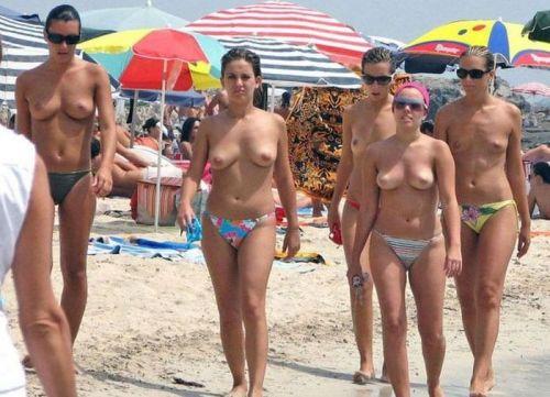 ヌーディストビーチで外国人の巨乳ちゃんがゆったり戯れているエロ画像 No.12