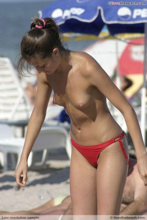 ヌーディストビーチで外国人の巨乳ちゃんがゆったり戯れているエロ画像 No.28