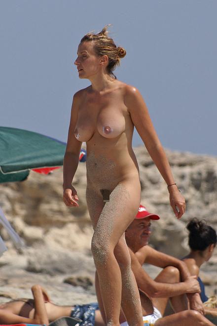 ヌーディストビーチで外国人の巨乳ちゃんがゆったり戯れているエロ画像 No.29