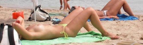 ヌーディストビーチで外国人の巨乳ちゃんがゆったり戯れているエロ画像 No.30