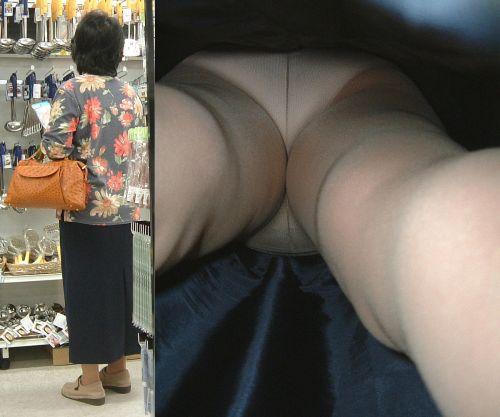 【画像】エロイ盛りのOLさんを熟女多めで逆さ撮りで盗撮した結果www 40枚 No.19