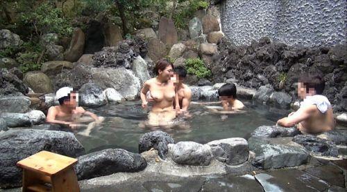 温泉旅行の露天風呂で激しくセックスや乱交しちゃってるエロ画像 38枚 No.4