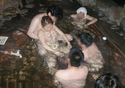 温泉旅行の露天風呂で激しくセックスや乱交しちゃってるエロ画像 38枚 No.19