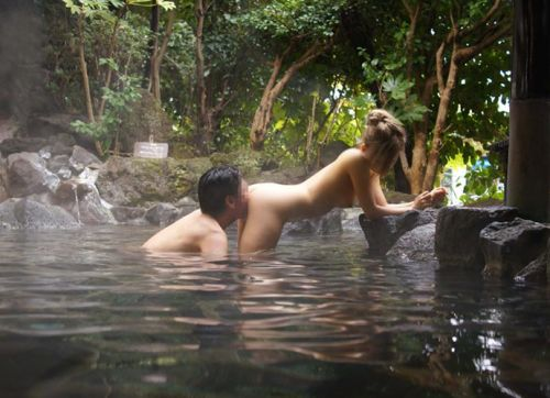 温泉旅行の露天風呂で激しくセックスや乱交しちゃってるエロ画像 38枚 No.26