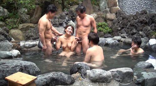 温泉旅行の露天風呂で激しくセックスや乱交しちゃってるエロ画像 38枚 No.29