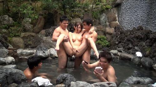 温泉旅行の露天風呂で激しくセックスや乱交しちゃってるエロ画像 38枚 No.30