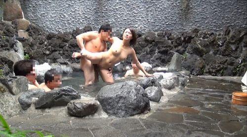 温泉旅行の露天風呂で激しくセックスや乱交しちゃってるエロ画像 38枚 No.34