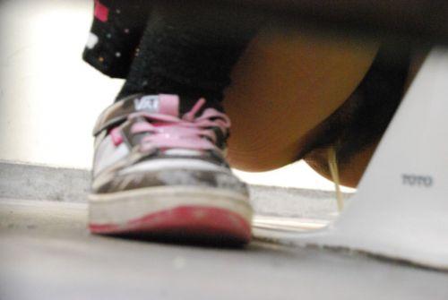【盗撮画像】和式トイレの下からまんこを撮った結果 35枚 No.3