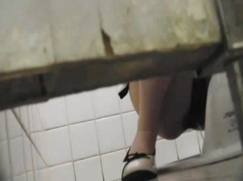 【盗撮画像】和式トイレの下からまんこを撮った結果 35枚 No.8