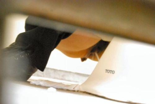 【盗撮画像】和式トイレの下からまんこを撮った結果 35枚 No.29