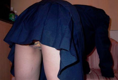 ミニスカJKのお尻パンチラの股間の盛り上がりに勃起しちゃうエロ画像 No.6