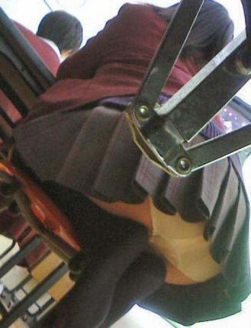 ミニスカJKのお尻パンチラの股間の盛り上がりに勃起しちゃうエロ画像 No.31
