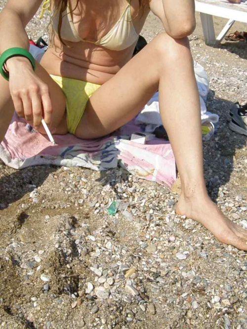 ビーチで黒く焼けた肌と白い水着が相性抜群!水着おっぱい画像 35枚 No.8