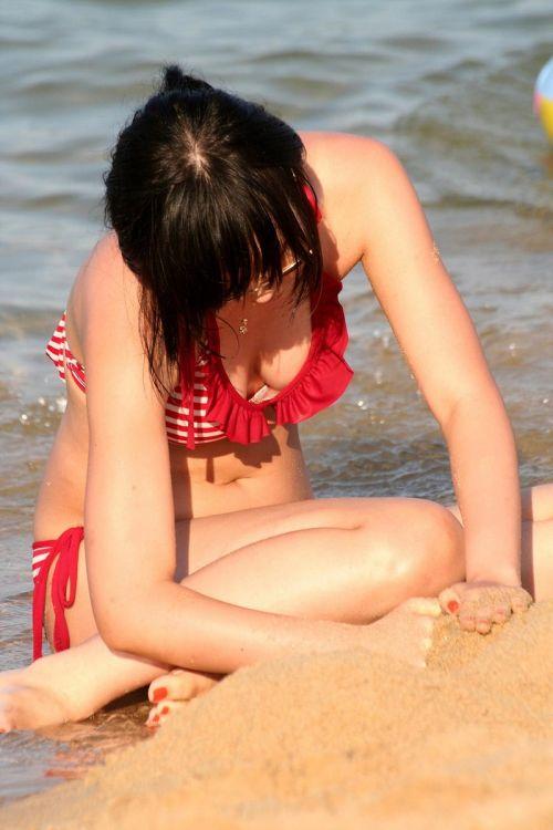 ビーチで黒く焼けた肌と白い水着が相性抜群!水着おっぱい画像 35枚 No.26