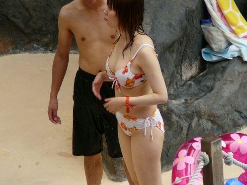 ビーチで黒く焼けた肌と白い水着が相性抜群!水着おっぱい画像 35枚 No.29