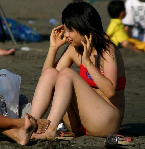 ビーチで黒く焼けた肌と白い水着が相性抜群!水着おっぱい画像 35枚 No.33
