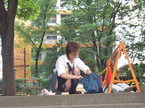 地面にお座りしてる純粋そうな素人JKのパンチラで勃起しちゃおうぜwww 40枚 No.11